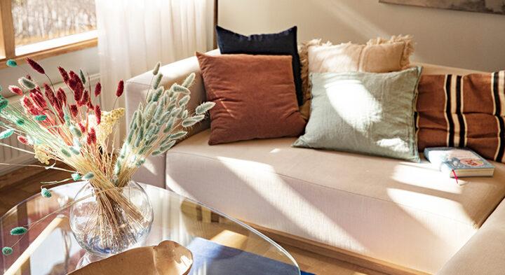soffa med kuddar