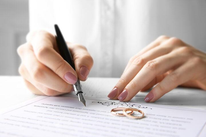 kvinna signerar äktenskapsförord