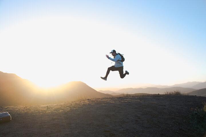 Man hoppar