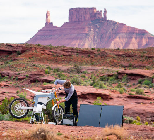 Kalk motorcykel i öken