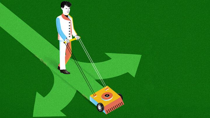 En man klipper gräs