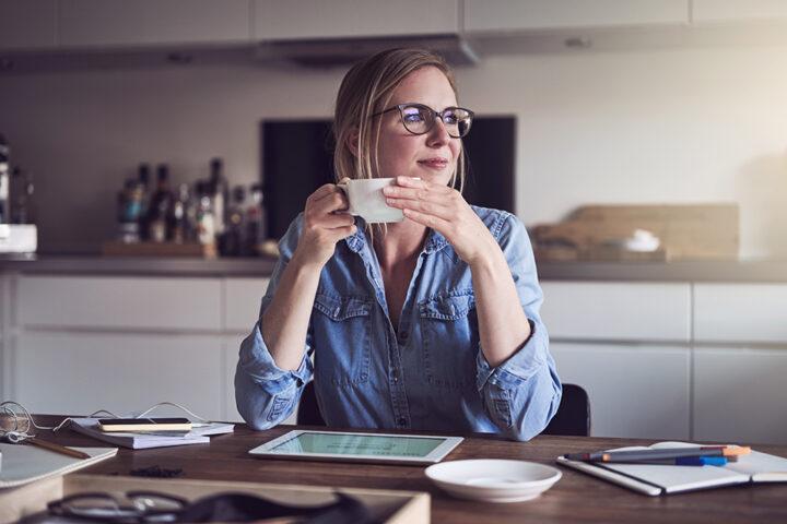 kvinna vid köksbord