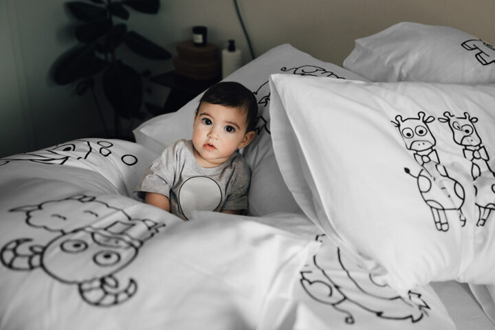 Barn i en säng
