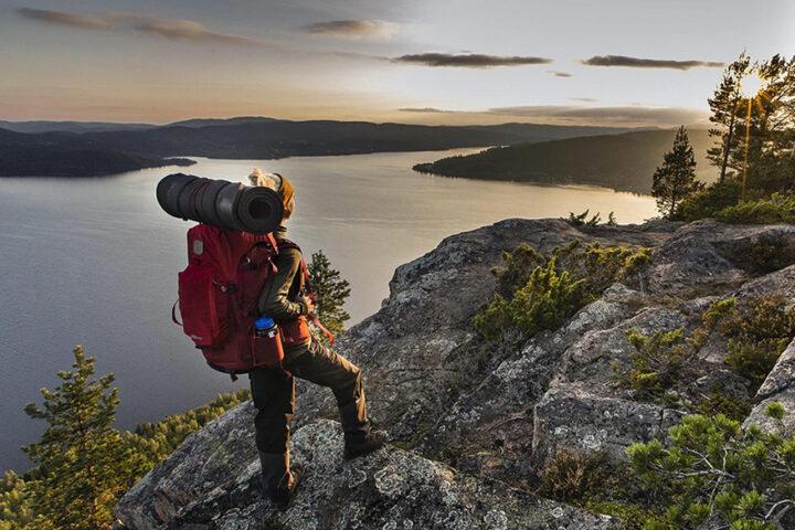 manniska med ryggsäck på ett högt berg