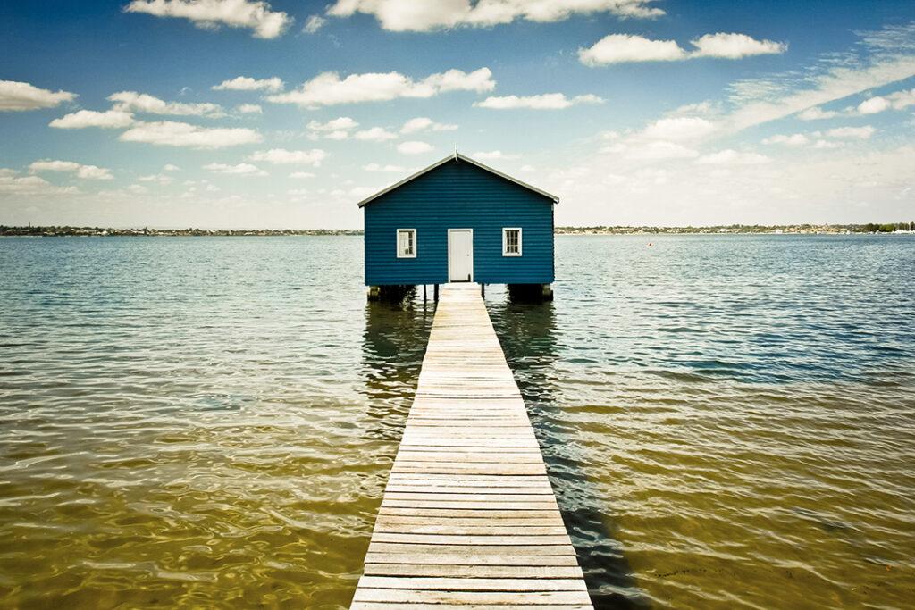 ett hus mitt i vattnet